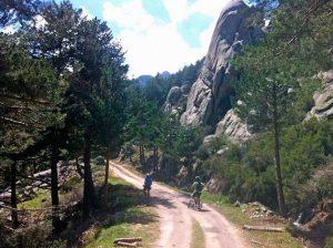 Bicis por el camino del Hueco San Blas en Soto del Real